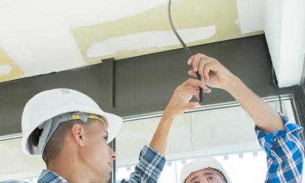 Como as luminárias led são fixadas no teto?