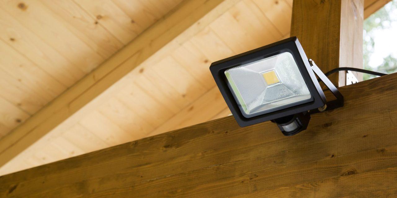 Você sabe como funciona o refletor com sensor de presença?