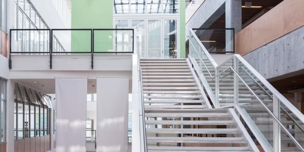 Elaborando uma iluminação para escada: o que considerar?
