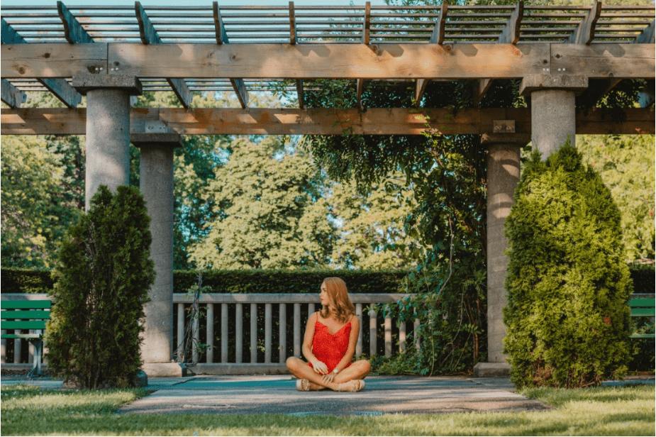mulher sentada sob um modelo de concreto